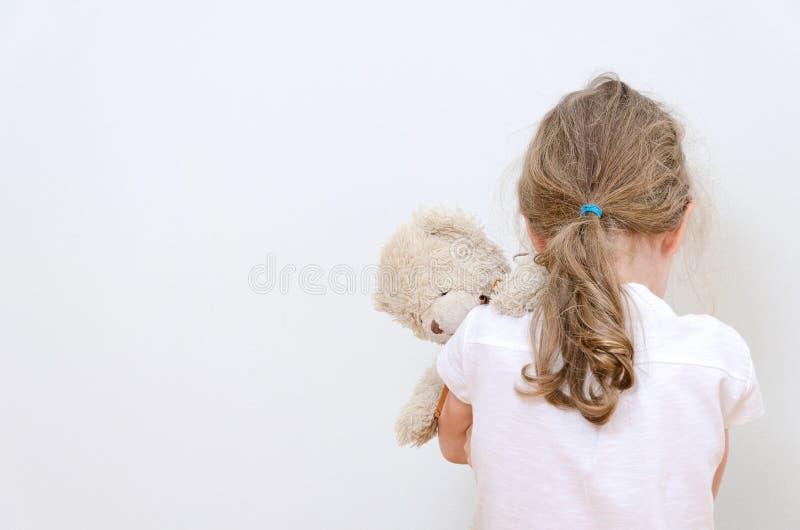 Маленькая девочка плача в угле стоковые фотографии rf