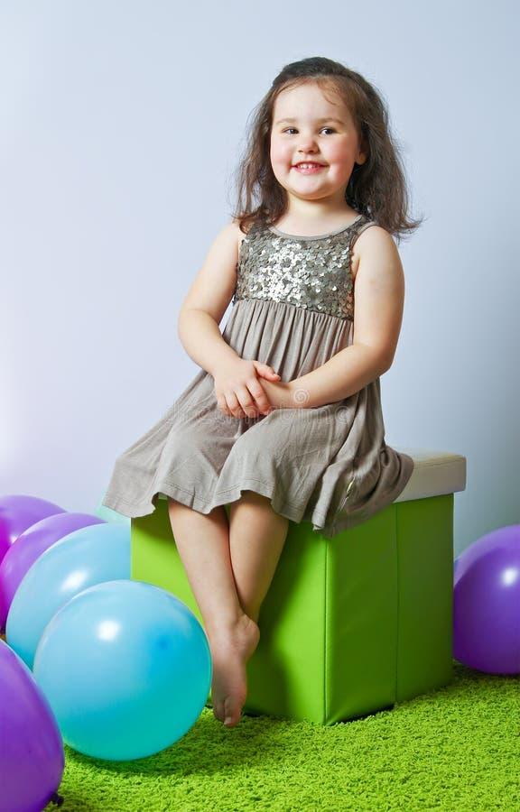 Download Маленькая девочка сидя на кубе Стоковое Фото - изображение насчитывающей balletic, мало: 40575730