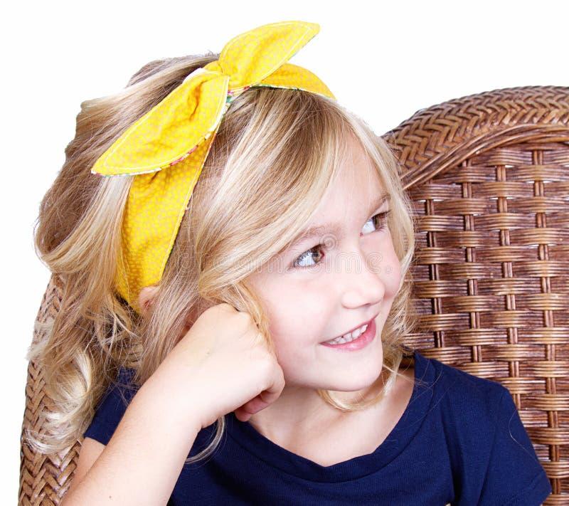 Download Маленькая девочка сидя на стуле Стоковое Изображение - изображение насчитывающей прелестное, ребенок: 33731569