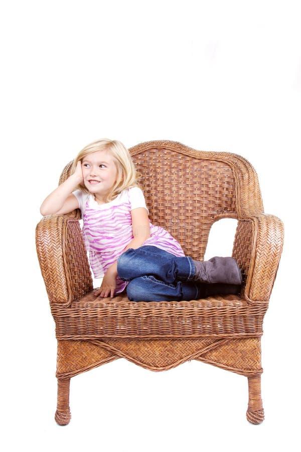 Download Маленькая девочка сидя на стуле Стоковое Изображение - изображение насчитывающей портрет, немного: 33731583