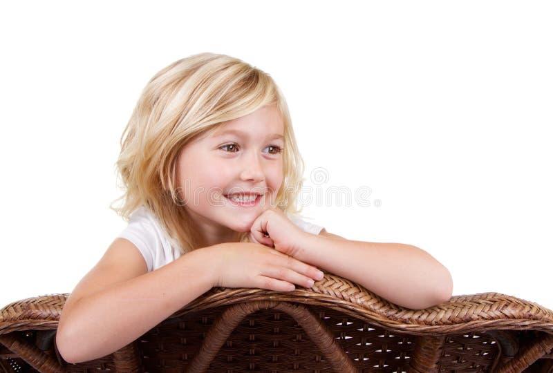 Download Маленькая девочка сидя на стуле Стоковое Изображение - изображение насчитывающей счастье, красивейшее: 33731627