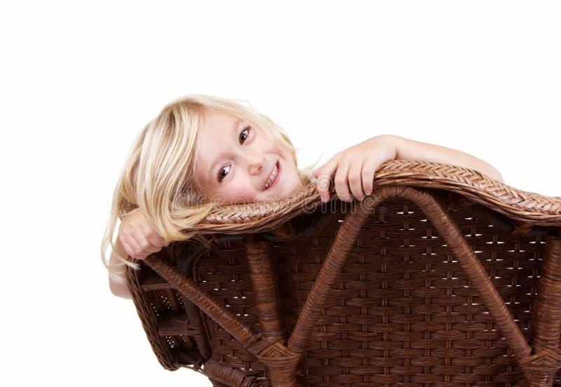 Download Маленькая девочка сидя на стуле Стоковое Фото - изображение насчитывающей одно, женщина: 33731634