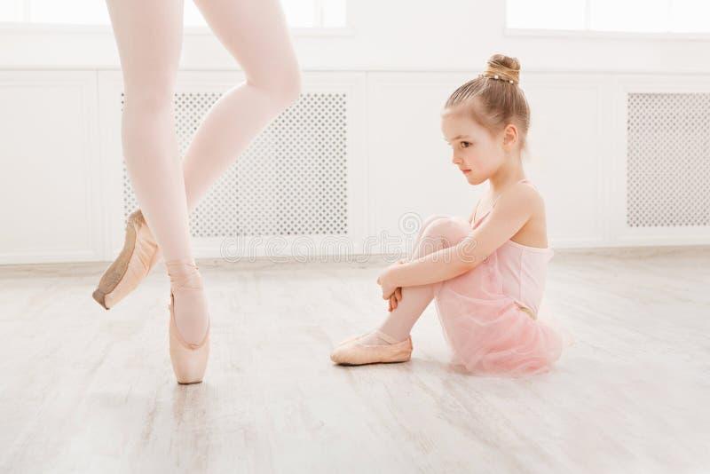 Маленькая девочка смотря профессионального артиста балета стоковое изображение rf