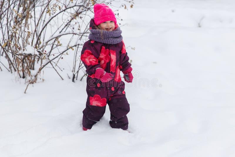 Маленькая девочка среди деревьев зимы стоковое изображение rf