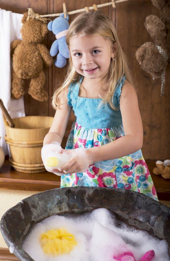Маленькая девочка стирает медведей Стоковое Фото - изображение насчитывающей стирает, медведей: 35698164
