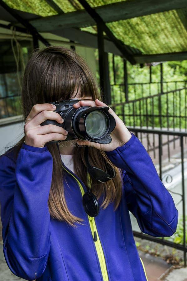 Маленькая девочка стрельбы стоковые фото
