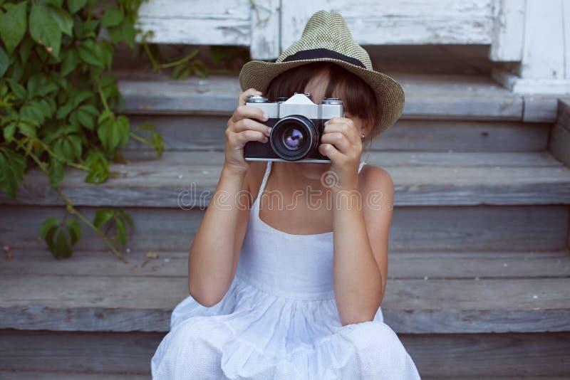 Маленькая девочка сфотографировала кто-то стоковые фотографии rf