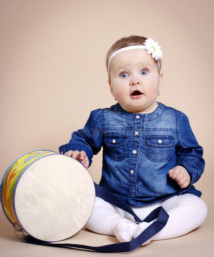 Маленькая девочка с барабанчиком стоковое фото