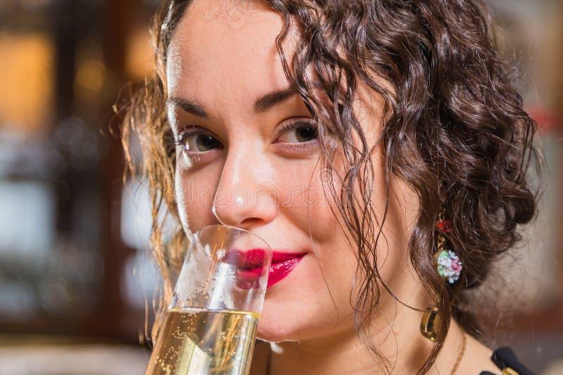 Маленькая девочка с бокалом вина в красивой установке стоковое изображение