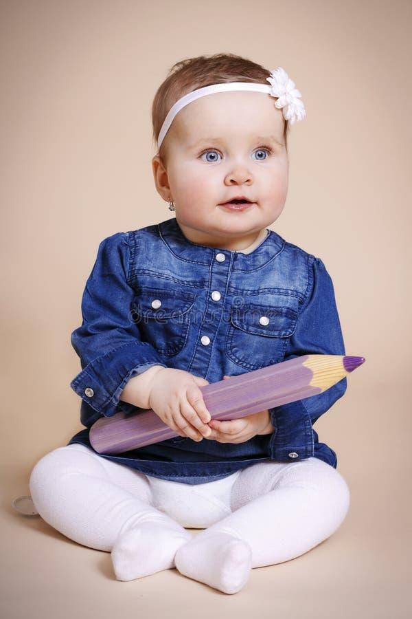 Маленькая девочка с большим crayon стоковое фото rf