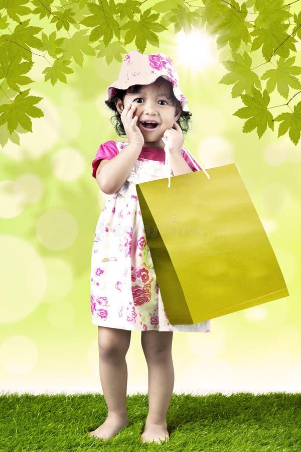 Excited девушка и хозяйственная сумка иллюстрация штока