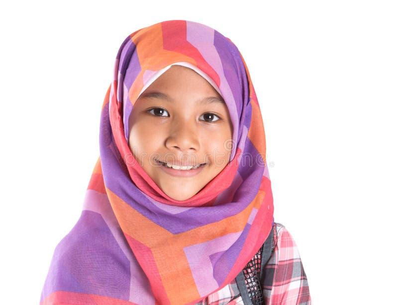 Маленькая девочка с головным платком и рюкзаком II стоковое фото rf