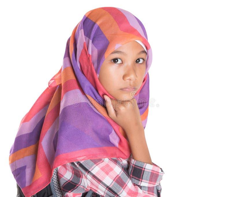Маленькая девочка с головным платком и рюкзаком VI стоковое фото