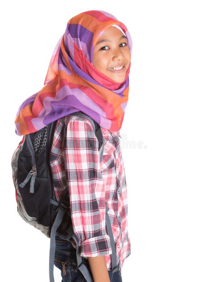 Маленькая девочка с головным платком и рюкзаком VIII стоковое фото rf