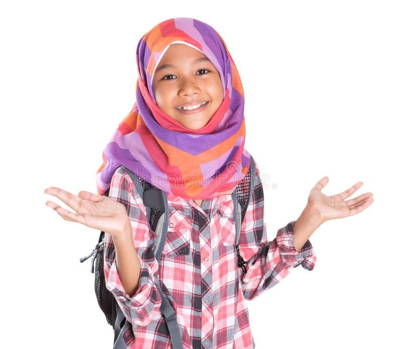 Маленькая девочка с головным платком и рюкзаком x стоковые фотографии rf