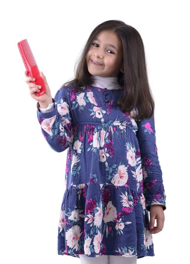 Маленькая девочка с гребнем волос стоковые фотографии rf