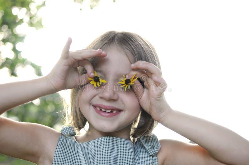 Маленькая девочка с глазами солнцецвета стоковая фотография