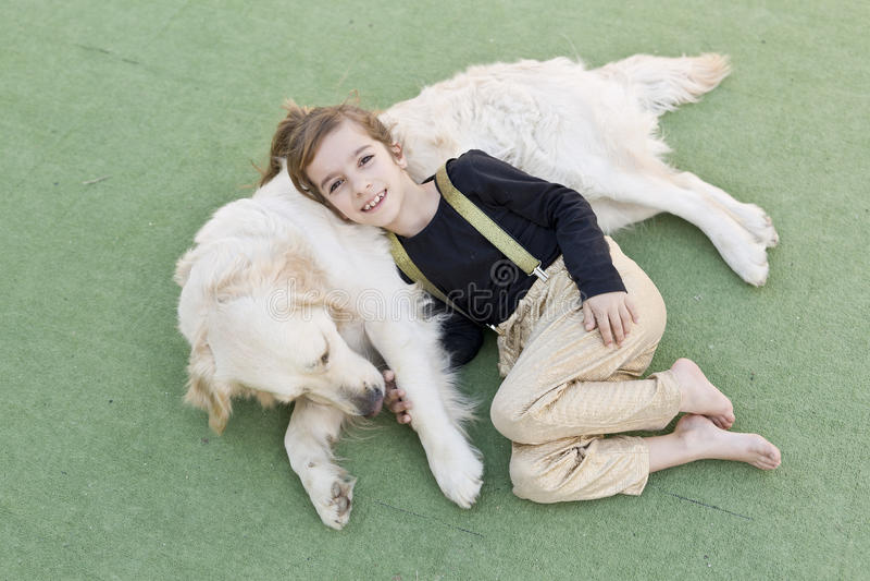 Маленькая девочка с ее собакой стоковые фотографии rf