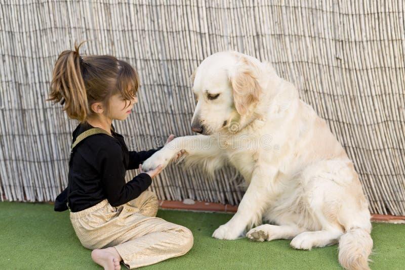 Маленькая девочка с ее собакой стоковое фото rf