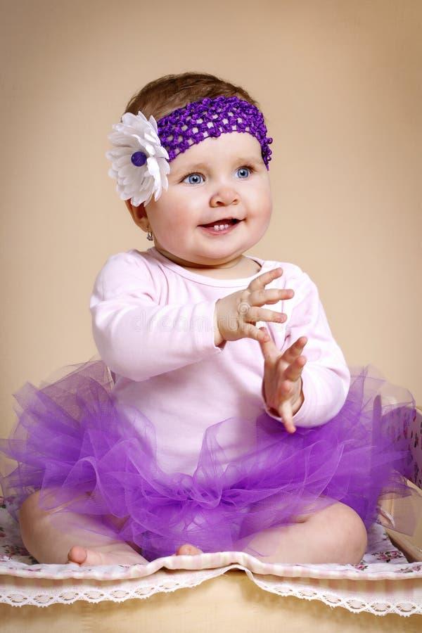 Маленькая девочка с держателем в юбке балетной пачки стоковые фото