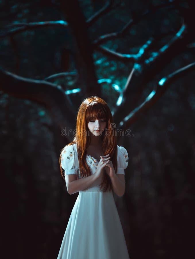Маленькая девочка с длинными красными волосами стоковая фотография