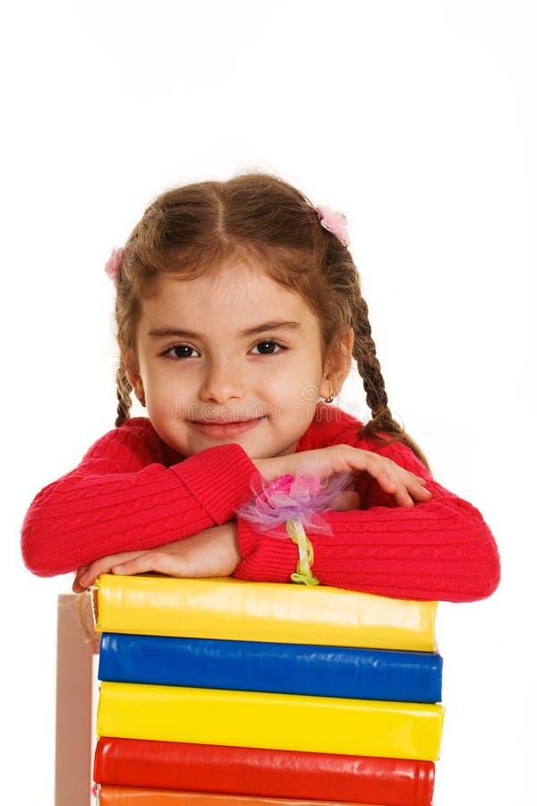 Маленькая девочка с книгами стоковые изображения