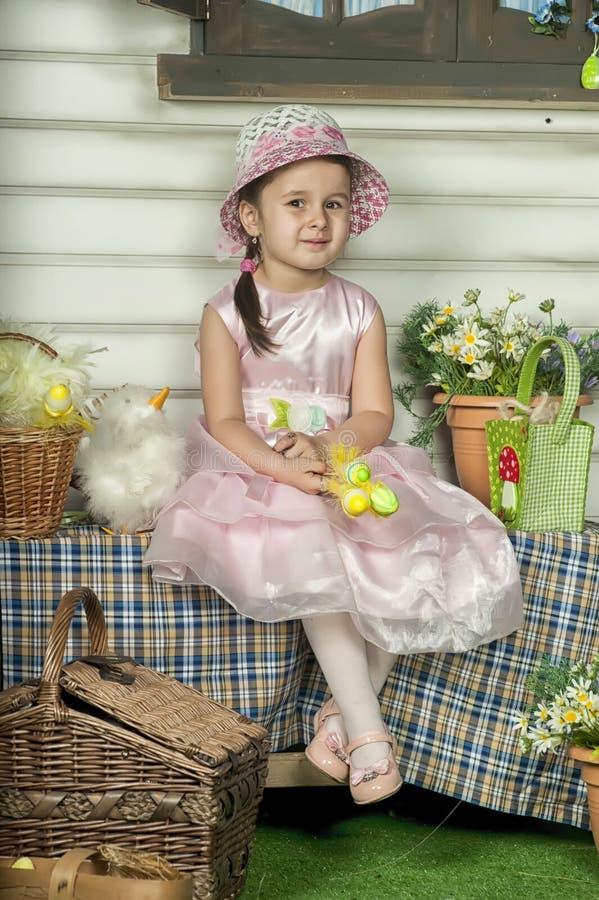 Маленькая девочка с корзиной стоковые фотографии rf