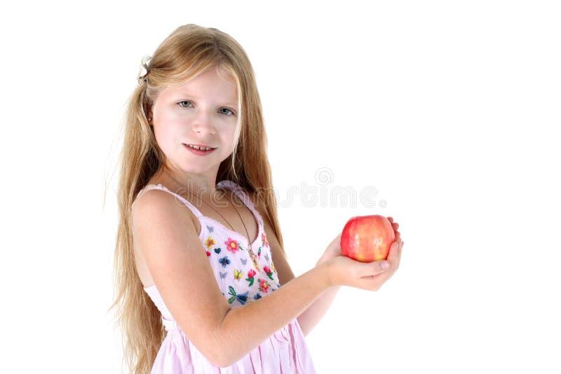 Маленькая девочка с красным яблоком стоковые изображения rf