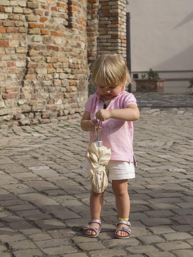 Маленькая девочка с малым зонтиком стоковое изображение rf