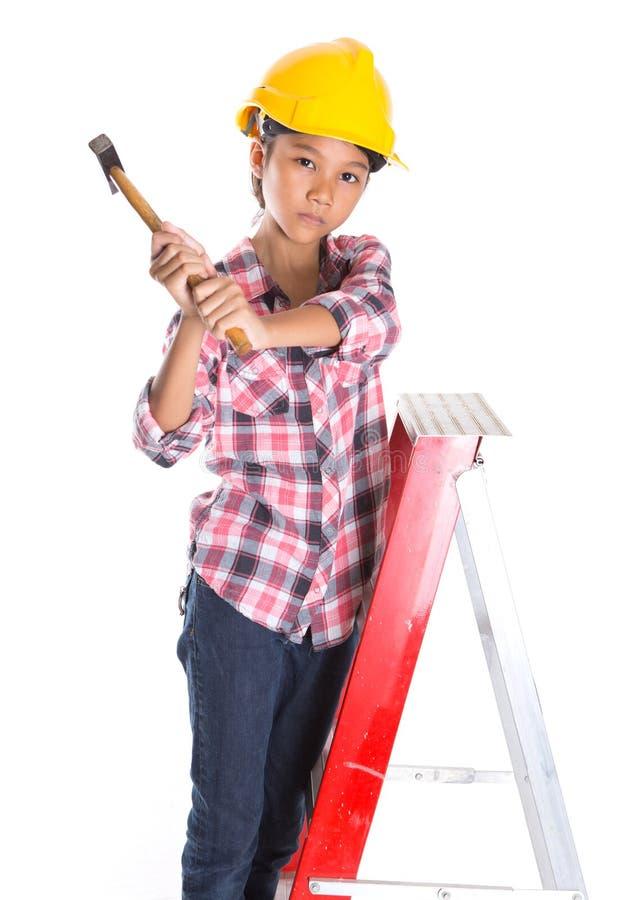 Маленькая девочка с молотком v стоковое изображение