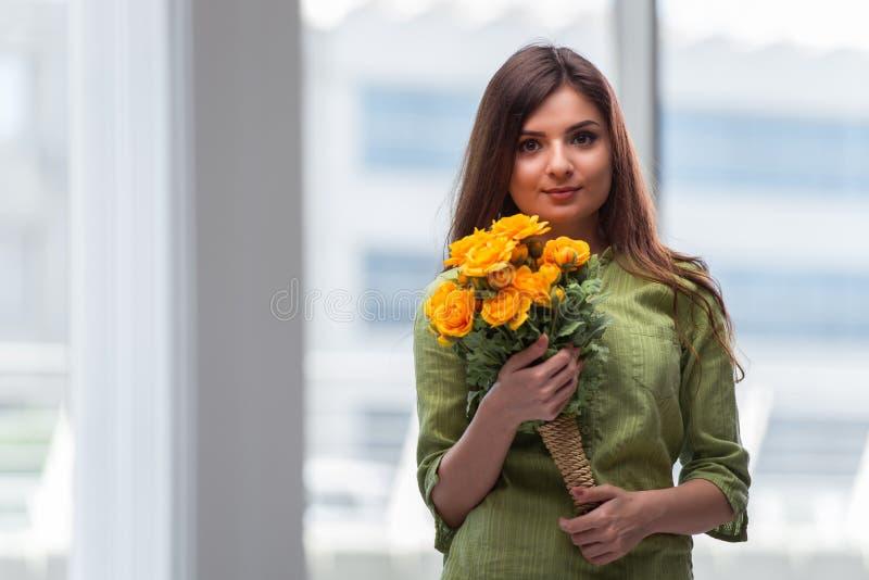 Маленькая девочка с настоящим моментом цветков стоковые фотографии rf