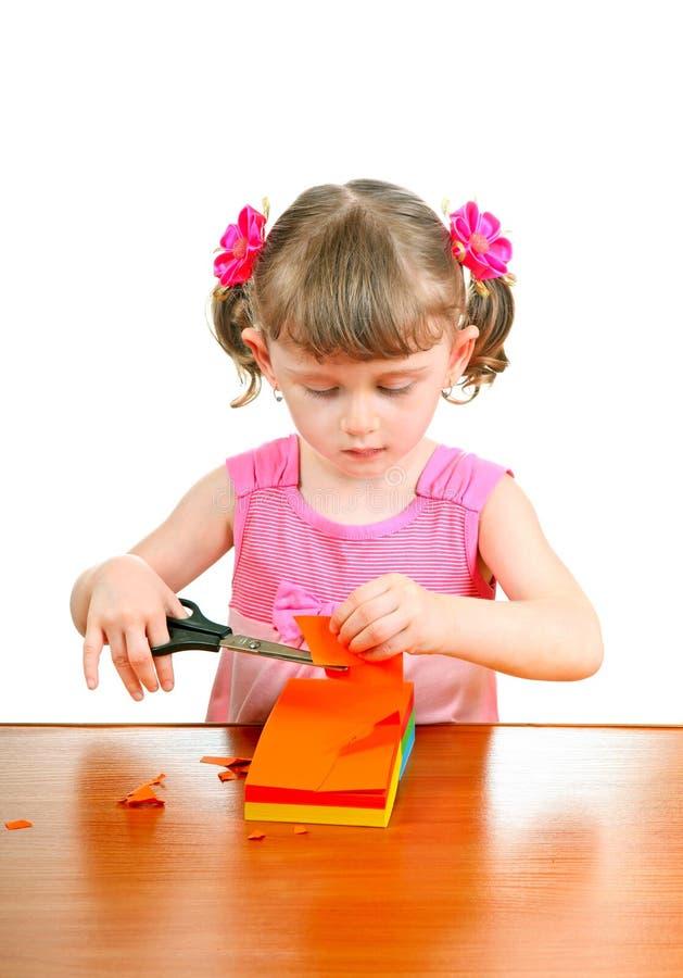 Маленькая девочка с ножницами стоковые фото