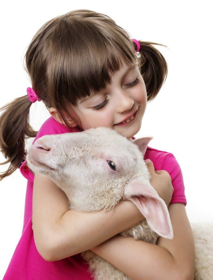 Маленькая девочка с овечкой стоковые фото