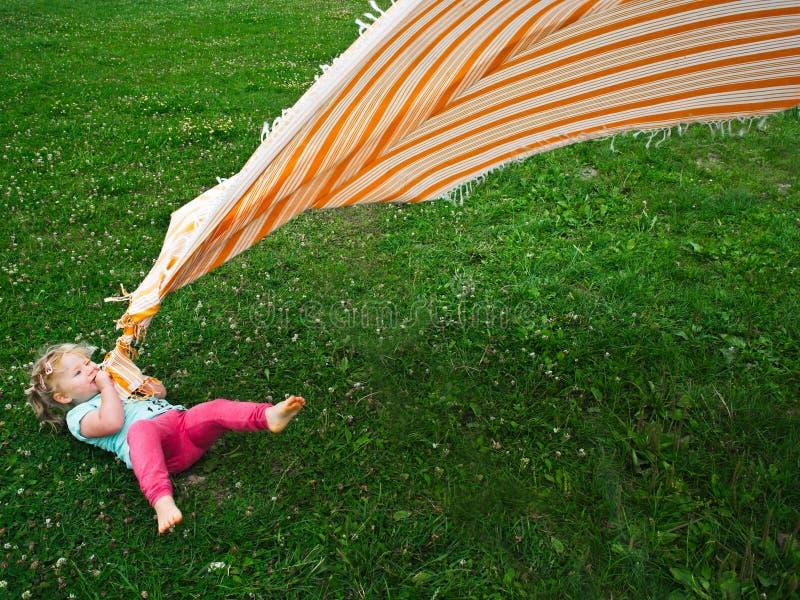 Маленькая девочка с одеялом стоковые фото