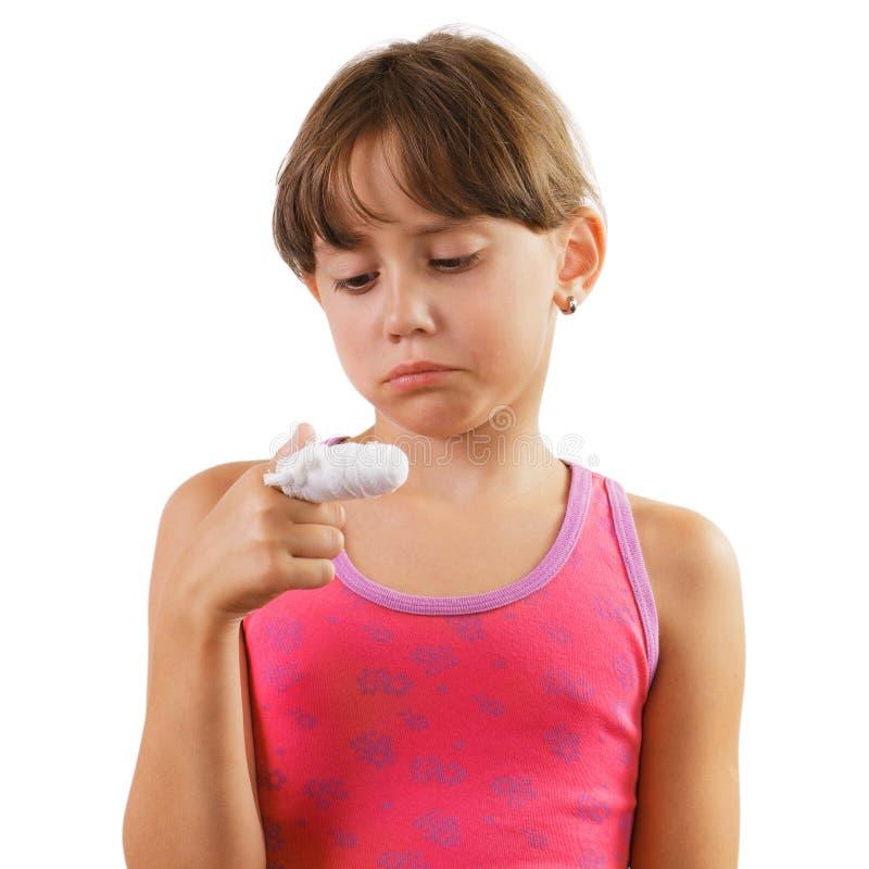 Маленькая девочка с перевязанным пальцем стоковые фото