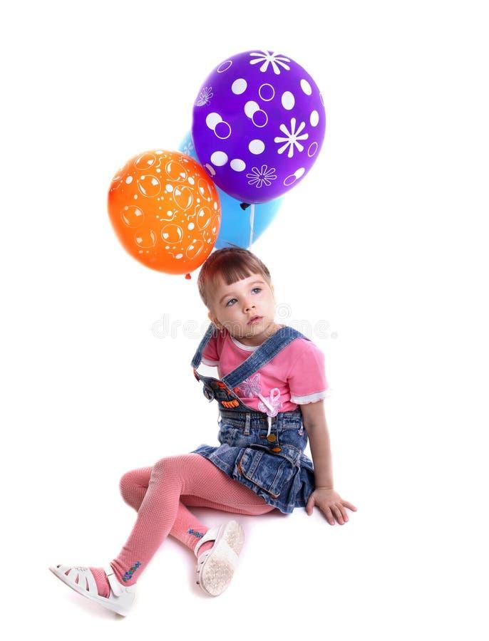 Маленькая девочка с покрашенными воздушными шарами стоковое фото