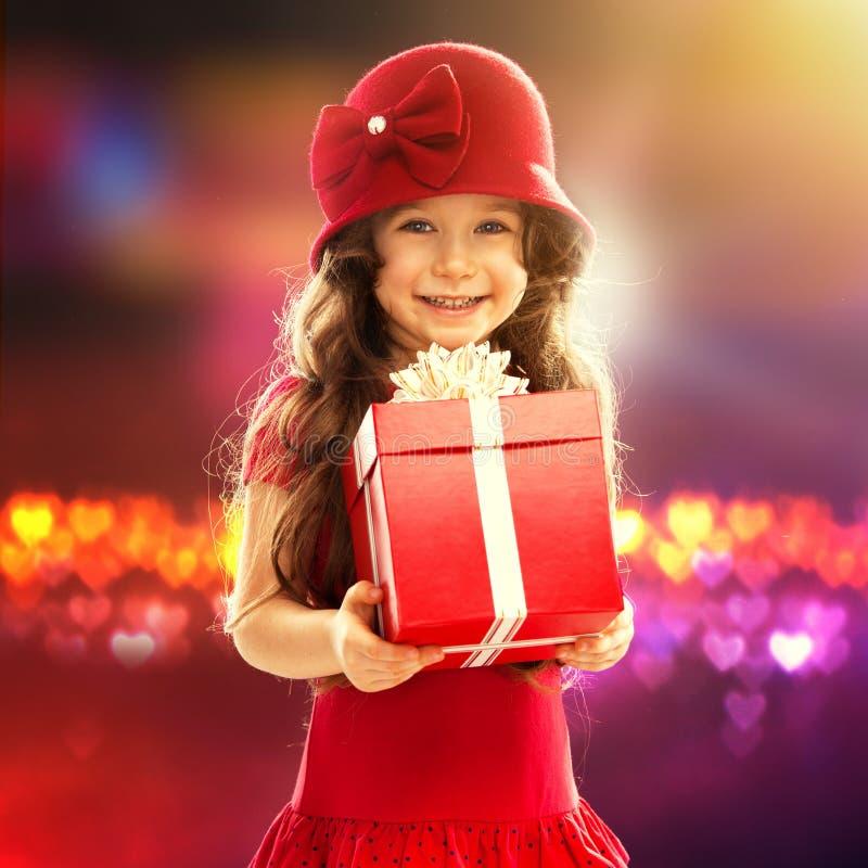 Маленькая девочка с подарком стоковая фотография rf