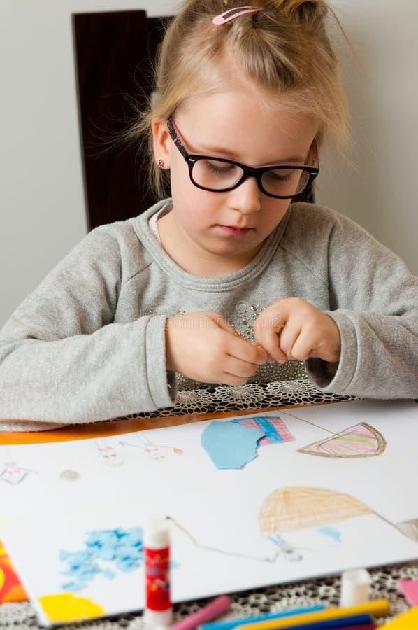Маленькая девочка с проектом искусства стоковые фотографии rf