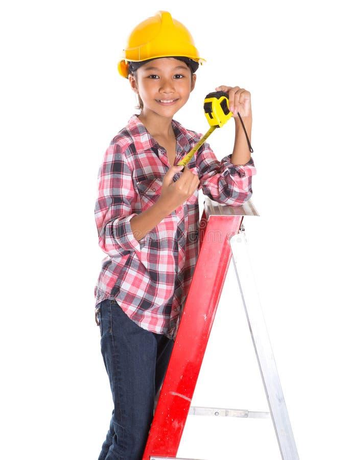 Маленькая девочка с рулеткой v стоковые фото