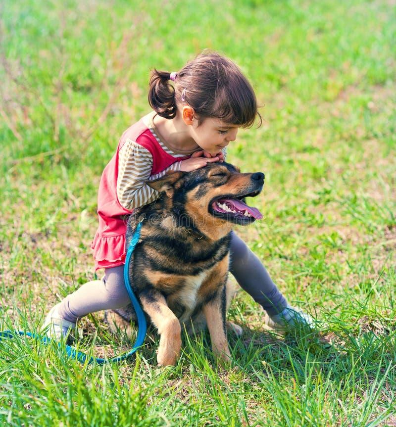Маленькая девочка с собакой стоковое изображение rf
