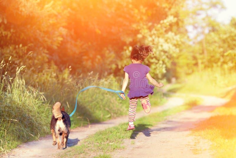 Download Маленькая девочка с собакой Стоковое Изображение - изображение насчитывающей mammal, девушка: 41653281