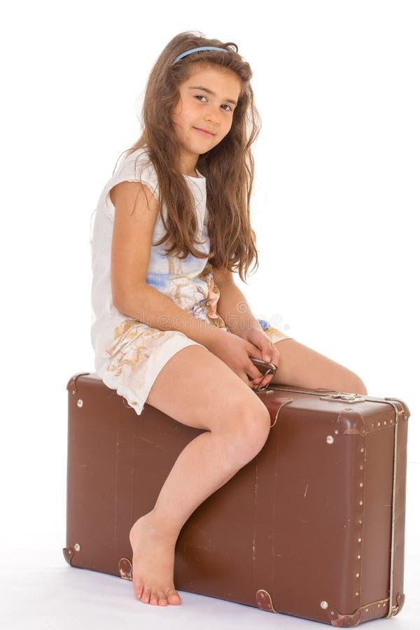 Маленькая девочка с чемоданом стоковое изображение