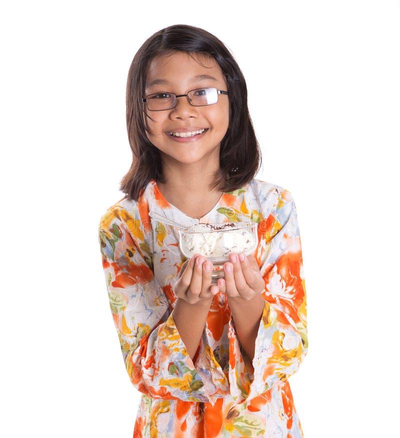 Маленькая девочка с шаром мороженого VII стоковые изображения