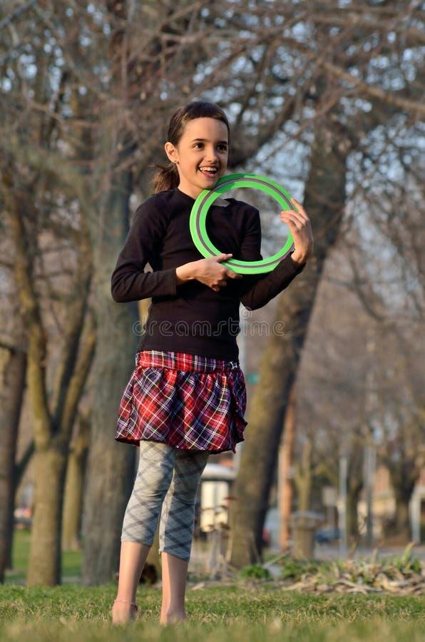 Маленькая девочка с Frisbee стоковые изображения rf