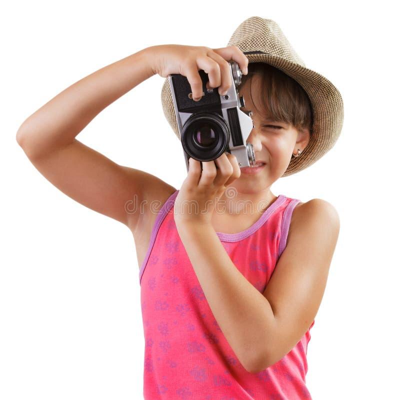 Маленькая девочка фотографирует старую камеру стоковые фотографии rf
