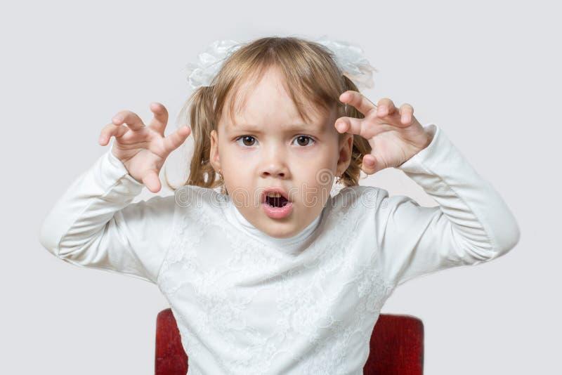 Маленькая девочка хочет вспугнуть стоковое изображение rf