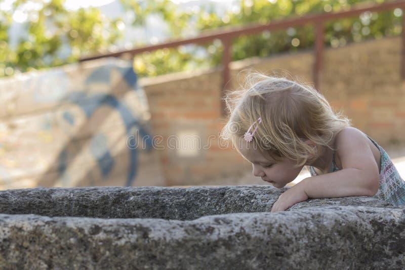 Маленькая девочка любознательная стоковое изображение rf