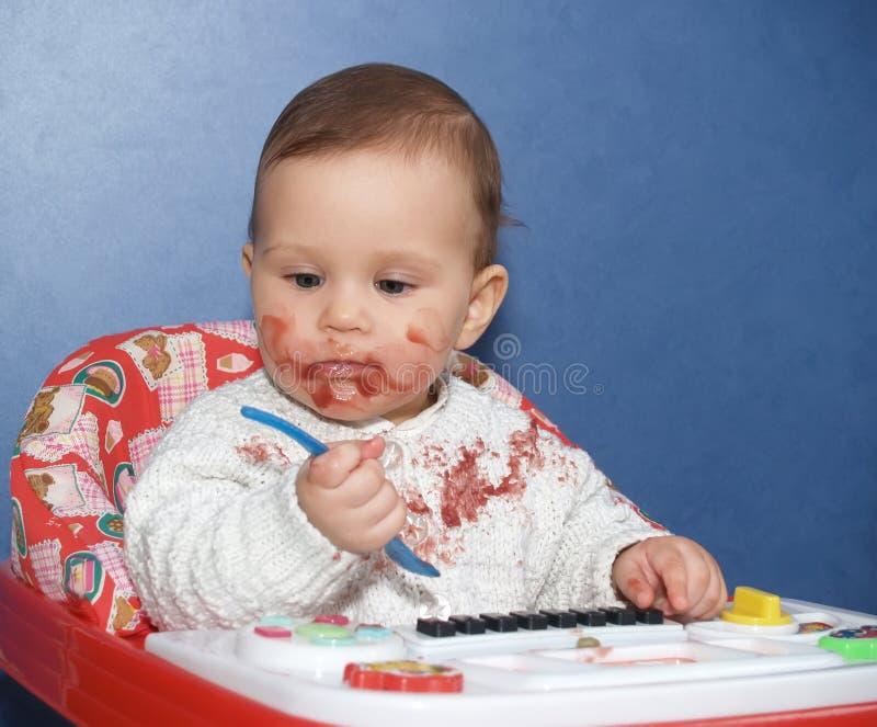 Маленькая девочка bedaubed с едой стоковое изображение rf