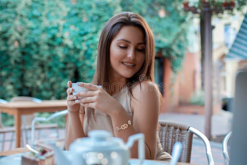 Маленькая девочка Cutie с чашкой чаю стоковые изображения