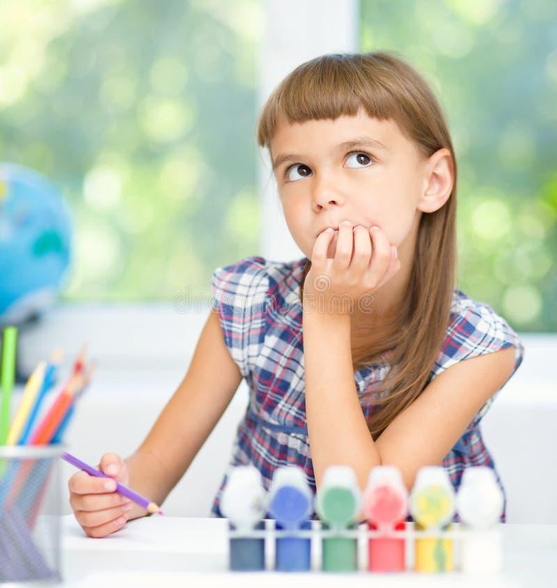 Маленькая девочка daydreaming стоковое изображение rf